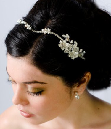 The web's most stunning bridal haircombs designed to impress