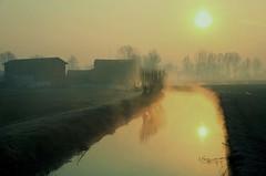 alba nella campagna cremasca (mat56.) Tags: sun water sunrise landscape alba campagna aurora sole acqua paesaggi lombardia canale cremona pianura padana pandino mat56 scannabue