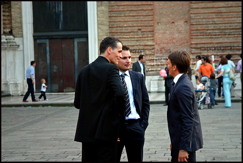 Un sacerdote habla con dos hombres en Pádua (Italia)