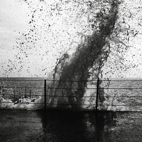 [フリー画像] 自然・風景, 波, モノクロ写真, 201012101300