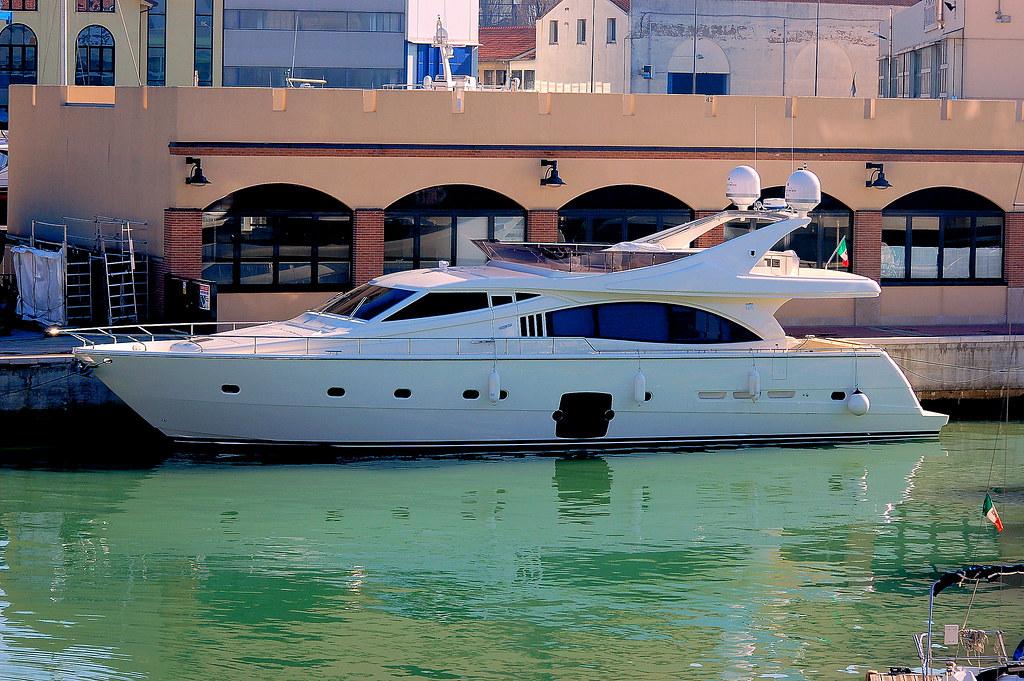 Ferretti  Yacht model 881
