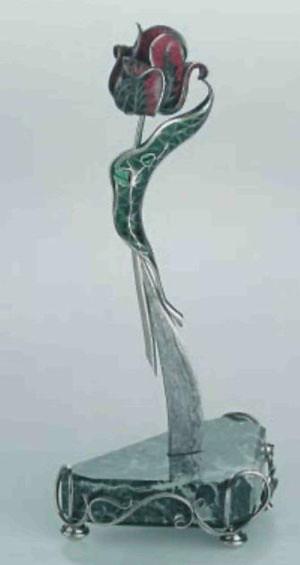 Нож кабинетный «Тюльпан» (1998г.)- Автор: Ю.Костелов (г.Тула). Дамаск: Е.Лапушкин (г.Тула). Хромоникелевый сплав, змеевик, эмаль, фианиты. Ковка, сложная ювелирная техника.