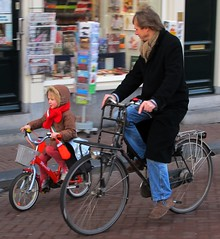 Adorable Little Cyclista! (Pays-Bas Cycle Chic) Tags: winter holland amsterdam bike duo nederland thenetherlands cycle girlpower chic paysbas superdad fiets streetstyle superdads cyclechic bikeaccessories familyonwheels paysbascyclechic peopeonbikes