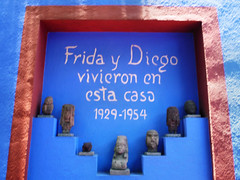 0788 - Casa Frida y Diego (timrothonphotography) Tags: blue red azul wall mexico rojo mexicocity capital statues estatuas diegorivera northamerica fridakahlo coyoacan americas ciudaddemexico distritofederal lapared federaldistrict americadelnorte fridaydiegovivieronenestacasa fridaanddiegolivedhere