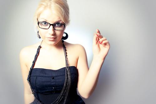 [フリー画像] 人物, 女性, 眼鏡・メガネ, スタジオ, 金髪・ブロンド, 201101210500