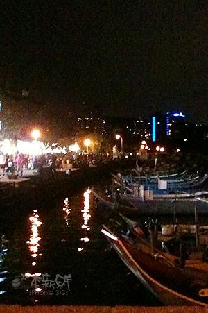 河岸邊,擁擠的人潮,熱鬧滾滾的市集