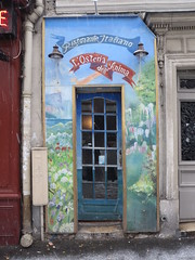 le plus petit restaurant de Paris? - smallest restaurant in Paris? (busy.pochi) Tags: paris restaurant small narrow petit   troit