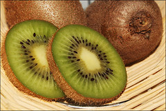 Kiwifruit   (ll.dyala.ll) Tags: green fruit canon kiwi kiwifruit 500d