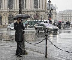 Y comenzó a nevar en París.... (Leonorgb) Tags: canon calle leo nieve galerieslafayette francia paraguas hombre parís robado souslecieldeparis óperagarnier nievaenparís