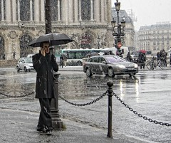 Y comenz a nevar en Pars.... (Leonorgb) Tags: canon calle leo nieve galerieslafayette francia paraguas hombre pars robado souslecieldeparis peragarnier nievaenpars
