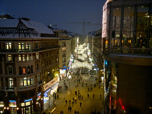 Blick über die weihnachtlich geschmückte Kärtnerstraße