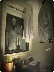 Una calle de Pars... (Sonia Mota) Tags: jose habitacin pars gemelas cuadro asesinas tendedero camisas