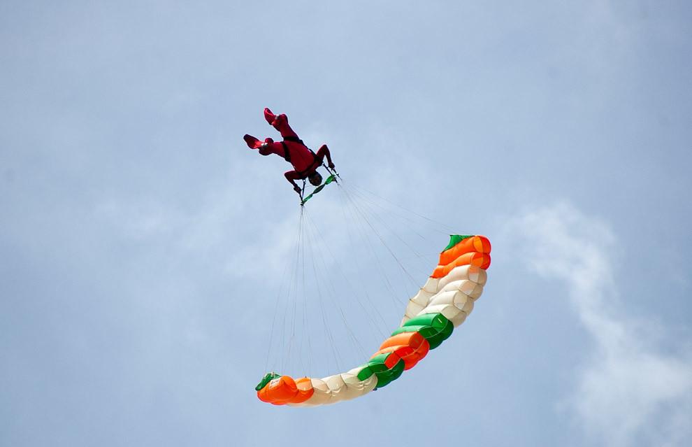 """El 31 de Enero se llevo a cabo uno de los tantos festivales de Aviación y Paracaidísmo en el predio de las Fuerzas Aéreas en Ñu Guazú. Un paracaidista realiza una maniobra arriesgada durante su descenso, una especie de """"Backflip"""" para quedar alineado en el punto donde va aterrizar. (Elton Núñez - Ñu Guazú, Paraguay)"""