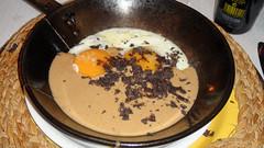 Huevos de corral en sartén sobre Mousse de Hongos y Trufas Negras