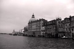 Romntica Venecia (Tania_Cataldo) Tags: bridge italy d50 puente calle nikon italia flags ponte reflejo venecia venezia banderas refelction canales panormicadevenecia panoramicofvenecia