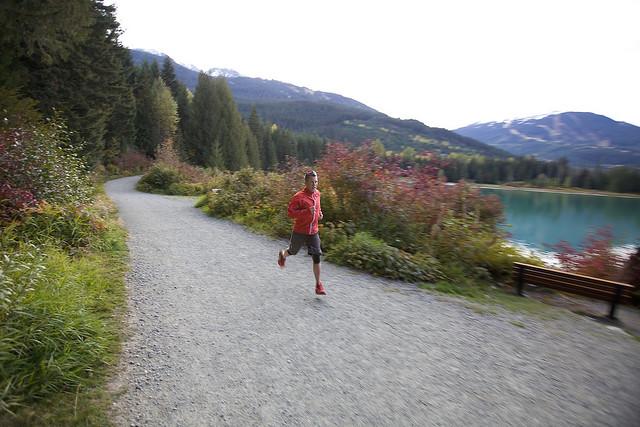 Jogging nas trilas de Whistler, British Columbia, Canadá