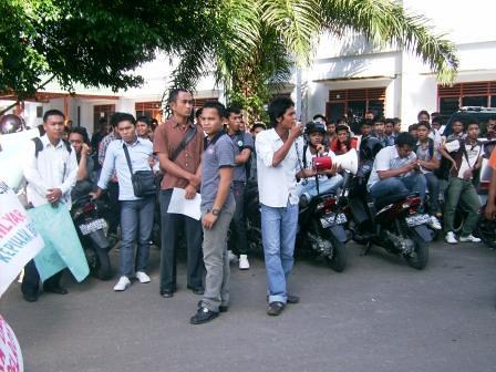 5282276112 d3aa616c64 Aksi Keprihatinan Mahasiswa Tuntut Penyelesaian Atas Kebobrokan Kampus UMTS