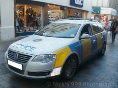 PSNI VW Passat ARV (Nick 999) Tags: city blue vw lights centre police belfast led vehicle leds emergency passat response unit armed livery policeofficer lightbar arv psni ledlightbar volksvagen policeservicenorthernireland
