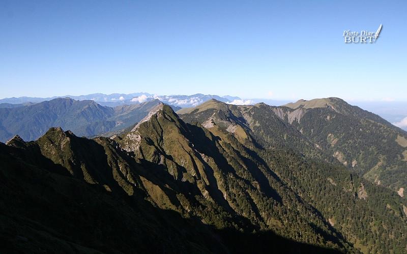 攀爬奇萊主峰中途看南側的卡羅樓斷崖