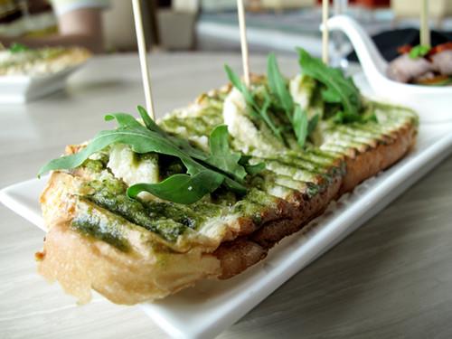 gtower-garlic-bread