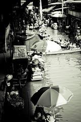 Floating market #4 (felice_) Tags: travel blackandwhite bw canon river thailand asia market fiume profile tailandia bn dslr mercato viaggi floatingmarket biancoenero profilo 550d dumnoensaduak mercatifluttuanti