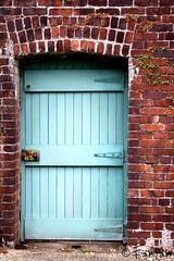 PUERTA AZUL (Fnfn) Tags: door blue ireland azul puerta bricks eire porte ladrillos irlanda irlande bleue briques kylemore fnfn ltytr2