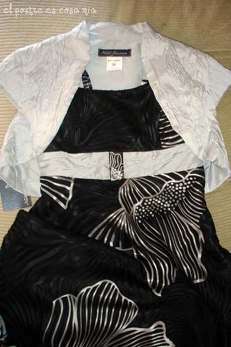 Broche negro en arcilla polimérica, sobre vestido