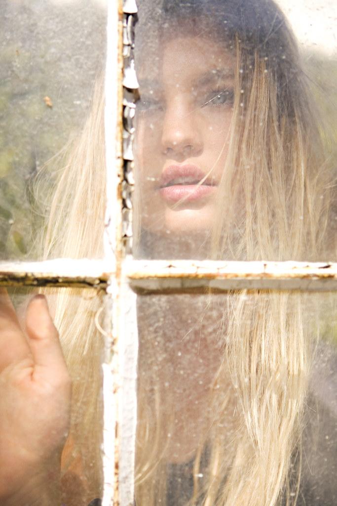 Chica sueca tras ventana