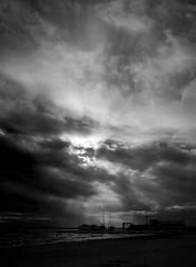 Si es tan fcil (Kris *) Tags: santa sea sky bw espaa white black blanco valencia clouds canon boats 350d mar spain barcos negro bn cielo nubes pola xkrysx