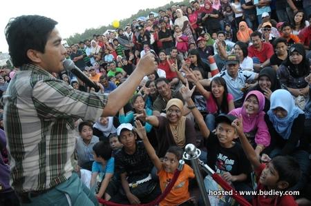 Farish Aziz Melayan Pengunjung Karnival