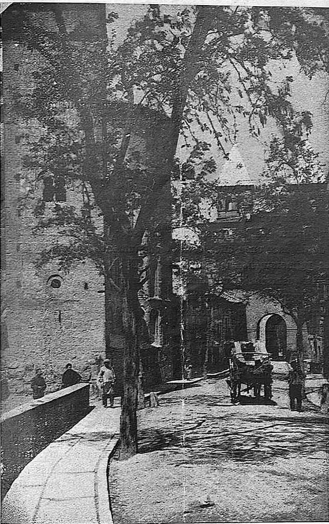 Iglesia de Santiago del Arrabal hacia 1925. Fotografía de Narciso Clavería publicada en la Revista Toledo en mayo de 1925