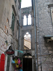 Gothic arches connecting buildings, Kotor, Montenegro (Paul McClure DC) Tags: architecture historic montenegro dalmatia kotor crnagora june2010 cttaro