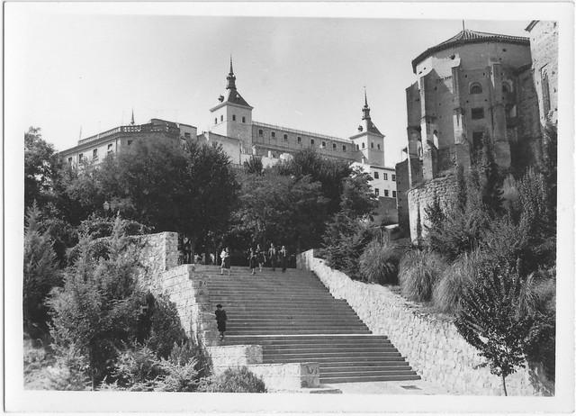 Escaleras de acceso al Paseo del Carmen desde la Puerta de Alcántara el 27 de septiembre de 1967. Fotografía de Eduardo Butragueño Bueno