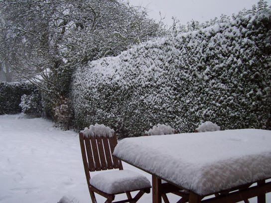 garden_table_snow