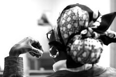 (blincom) Tags: bw woman black hand femme bodylanguage gesture gestik blincom