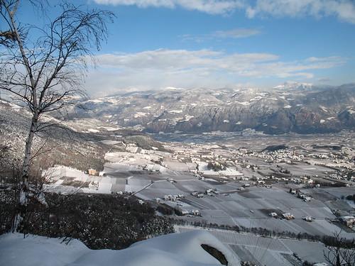 Ausblick auf das verschneite Überetsch mit Eppan  Berg im Vordergrund und den Weinort St. Pauls  dahinter