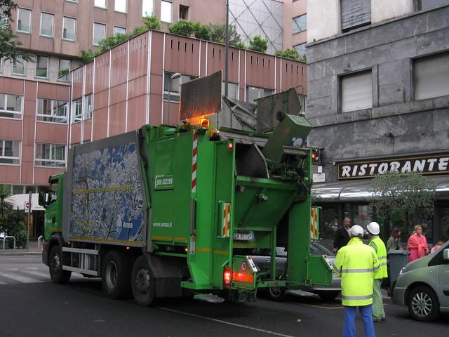 ミラノのゴミ収集車のフリー写真素材