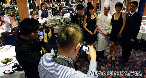 The four food bloggers taking photo with the head chef of R&J