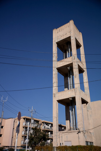 空にのびる給水塔