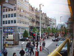 londres atravs do vidro (Mrcia Campos.) Tags: street houses cidade sky people bus london cars strange olhar pessoas faces londres viagem rua viajar reflexo multido