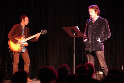 Dave Hill singing. Doug Gillard on guitar.