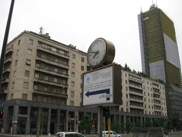 ミラノの街角の時計のフリー写真素材
