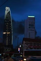 Gemelle diverse, Saigon (Stefano Schwetz) Tags: vietnam saigon notturno grattacieli hochimihn circolofotograficopaullese