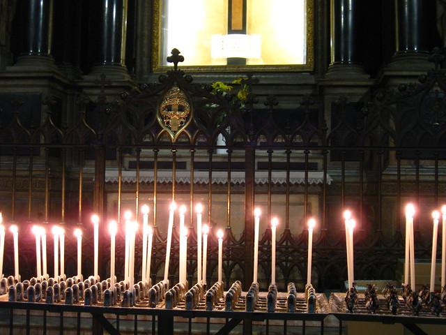大聖堂のろうそくのフリー写真素材