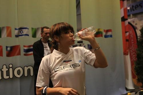 joueuse, protection bras et bouteille d'eau