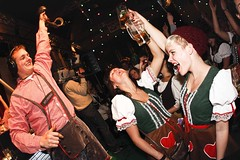 Paultje Pils palmt de dirndls in (3FM) Tags: show radio tirol live fotolog oktoberfest worst bier munchen lederhosen wurst backstage coen jubileum sander dirndl lederhose bnn programma tiroler coenswijnenberg 3fm beieren sanderlantinga 3fmseriousradio dascoenundsanderfest