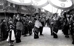Tayuu Procession 1910 (Blue Ruin 1) Tags: street japan standing japanese kyoto postcard crowd knot parade musubi obi procession 1910s spectators shimabara meijiperiod oiran tayu tayuu uchikake kamuro kainokuchi douchuu komageta mitsuashigeta