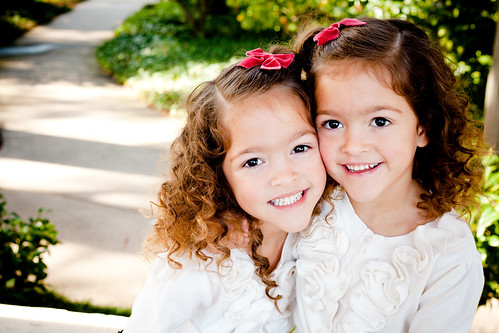 [フリー画像] 人物, 子供, 少女・女の子, 兄弟・姉妹, アメリカ人, 201012231300
