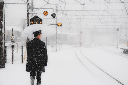 雪の中の鉄道マン
