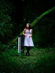 [フリー画像素材] 人物, 女性 - アジア, 楽器, 人物 - 森林, ワンピース・ドレス, シンセサイザー, 日本人 ID:201110142000